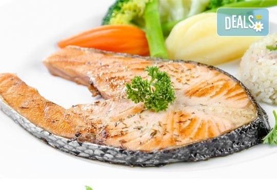 Изгодно и здравословно! Деликатесна порция сьомга котлет, гарниран със задушени зеленчуци от Bar & Dinner seven7A - Снимка 1