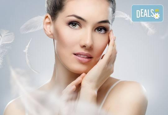 За чиста и гладка кожа! Мануално почистване на лице в 8 стъпки и почистване на вежди по избор от салон Sassy - Снимка 1