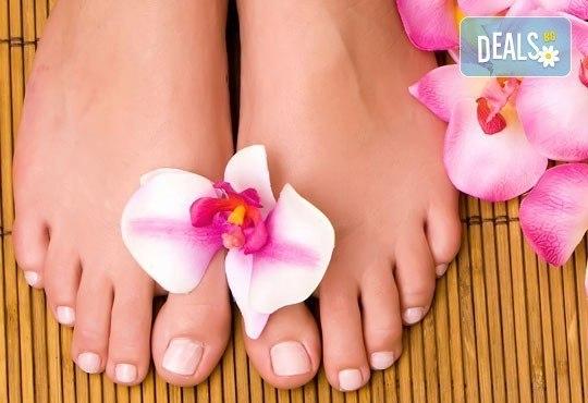 Медицински или класически педикюр + масаж на ходилата, лак O.P.I. и ДВЕ декорации в Кабинет по маникюр и педикюр - Снимка 1