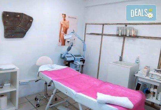 Подстригване, масажно измиване, маска с продукти на Nashi и оформяне със сешоар - прав или букли от Royal Beauty Center - Снимка 6