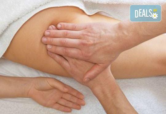 3 антицелулитни масажа на цели крака и седалище и подарък: масаж на гръб от студио за красота Долче Вита! - Снимка 1