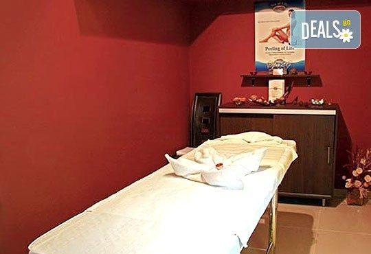 3 антицелулитни масажа на цели крака и седалище и подарък: масаж на гръб от студио за красота Долче Вита! - Снимка 7