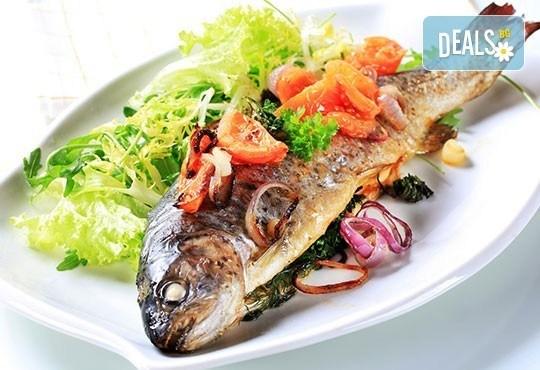 Кулинарно удоволствие за двама! Две порции новозеландски сафрид с гарнитура картофена салата в Ресторант-механа Мамбо! - Снимка 1