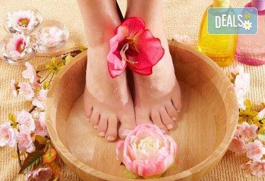 Козметичен СПА педикюр, лек масаж с етерични масла, морска скраб и лакиране в цвят по избор със SNB в Point nails! - Снимка 3