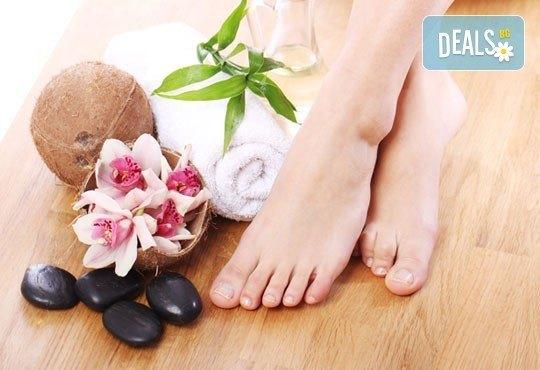 Козметичен СПА педикюр, лек масаж с етерични масла, морска скраб и лакиране в цвят по избор със SNB в Point nails! - Снимка 1