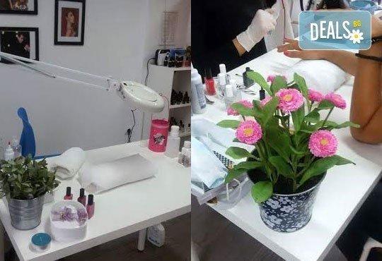 Козметичен СПА педикюр, лек масаж с етерични масла, морска скраб и лакиране в цвят по избор със SNB в Point nails! - Снимка 4