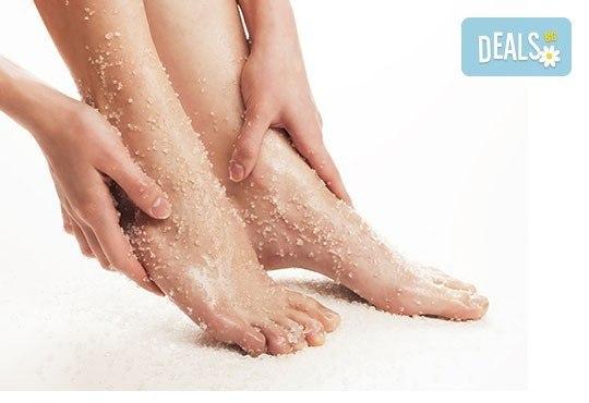 Козметичен СПА педикюр, лек масаж с етерични масла, морска скраб и лакиране в цвят по избор със SNB в Point nails! - Снимка 2