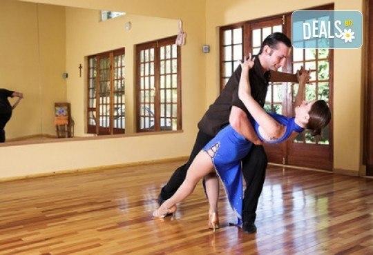 Влезте в ритъма на танца с 5 посещения на социални спортни танци в Kremena Dance Center! - Снимка 2