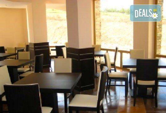 Отдайте се на почивка през януари или февруари в St. John Hill Hotel, Банско! 1 нощувка със закуска и вечеря, ползване на СПА! - Снимка 5