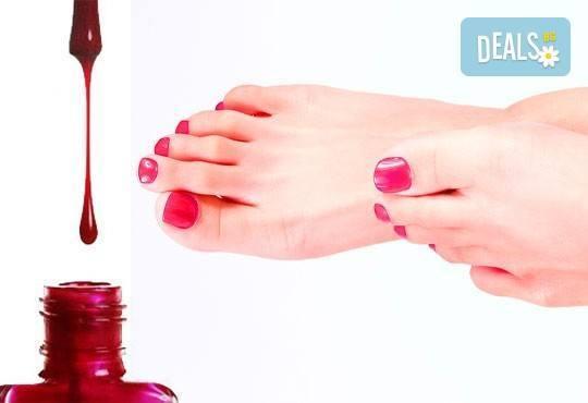 В цветовете на SNB! Арома педикюр с ароматни соли, пилинг, масаж на ходилата и декорации в Medina SPA & Wellness - Снимка 3
