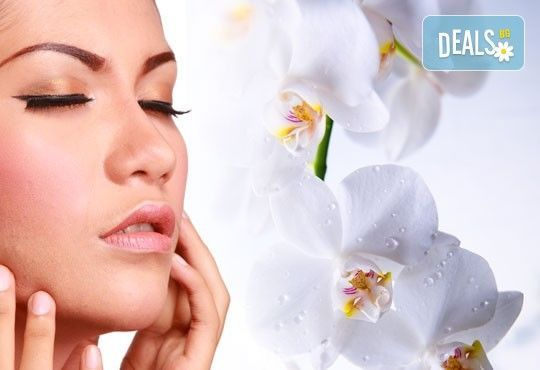 За стегната и красива кожа! Хигиенно-козметичен масаж и колагенова маска на лице, шия и деколте в салон за красота АБ! - Снимка 1