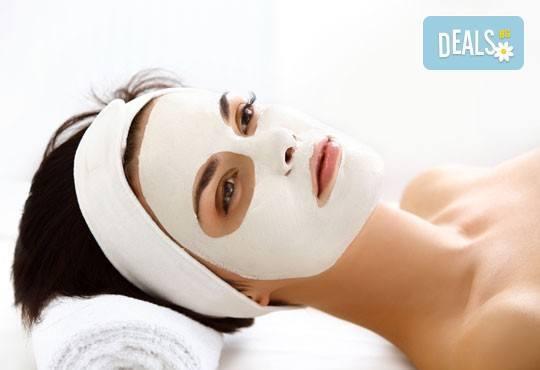 За стегната и красива кожа! Хигиенно-козметичен масаж и колагенова маска на лице, шия и деколте в салон за красота АБ! - Снимка 3