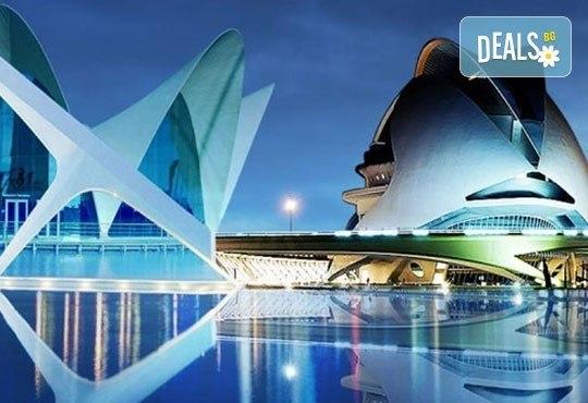 Екскурзия през март във Валенсия, ренесансовия град на Испания! 4 нощувки със закуски и самолетен билет от Сън Травел! - Снимка 1