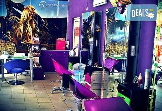 Нова прическа и здрава коса! Дамско подстригване, златна терапия с арган и оформяне на прическа със сешоар в салон Женско Царство! - Снимка 6