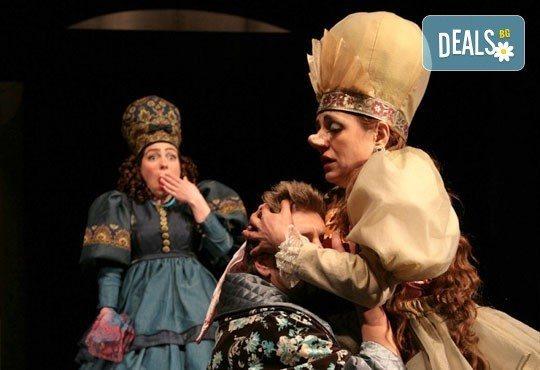 Гледайте Калин Врачански и Мария Сапунджиева в комедията Ревизор в Театър ''София'' на 05.02. от 19 ч. - 1 билет! - Снимка 7