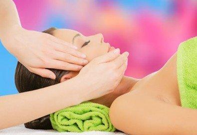 Запазете красотата на лицето по-дълго с масаж на лице и деколте! Получавате бонус почистване на вежди от Студио 7!