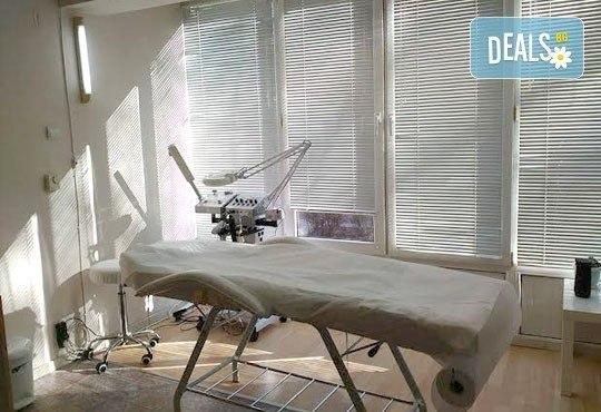 Свежа и тонизирана кожа с козметичен разкрасителен масаж на лице и деколте от студио за красота Five! - Снимка 7