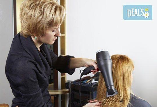 Нова визия и здрава коса! Дамско подстригване, хидратираща терапия с ампула и подсушаване в салон за красота Виктория! - Снимка 2
