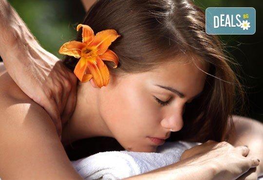 Постигнете хармония и щастие! Отпуснете се с масаж на любящите ръце ломи-ломи от център Innovative! - Снимка 1