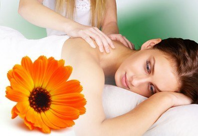Избавете се от болките с 30-минутен лечебен масаж на гръб с масажно масло от арника в студио Емилис, Варна!