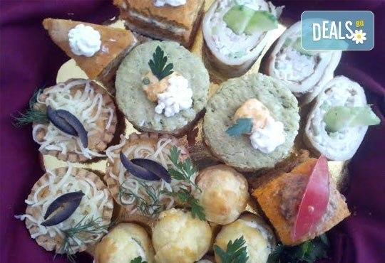 За празници и поводи! 30, 60 или 90 бутикови солени хапки асорти от майсторите на Muffin House - Снимка 1
