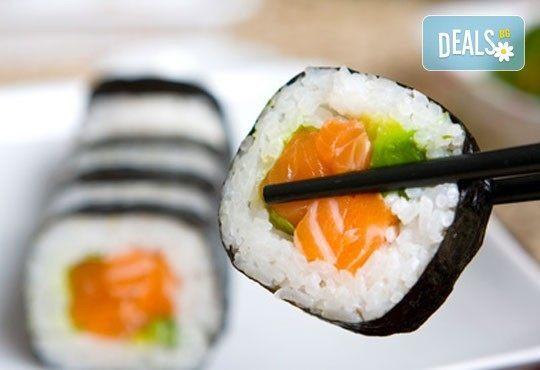 Суши сет Tsunami с 84 бр. екзотични суши хапки с авокадо, терияки, филе от сьомга, риба тон от Sushi King! - Снимка 1
