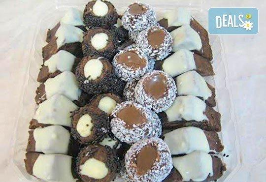 За празници и делници! Един килограм шоколадови пралини (40 броя) с бял и кафяв шоколад от Сладкарница Орхидея - Снимка 1