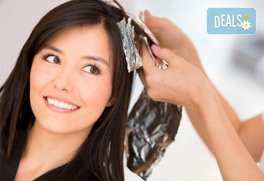 Двуцветни кичури, подхранваща ампула за боядисана коса и оформяне на прическа със сешоар в салон Женско царство! - Снимка 1