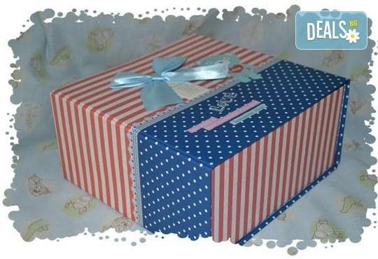 Сет от празнични сладкиши за бебешко парти от сладкарница Пчела - 6 декорирани захарни мъфина и 6 декорирани бисквитки в луксозна подаръчна кутия! - Снимка 3