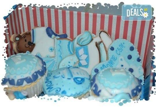 Сет от празнични сладкиши за бебешко парти от сладкарница Пчела - 6 декорирани захарни мъфина и 6 декорирани бисквитки в луксозна подаръчна кутия! - Снимка 1