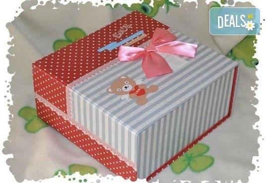 Сет от празнични сладкиши за бебешко парти от сладкарница Пчела - 6 декорирани захарни мъфина и 6 декорирани бисквитки в луксозна подаръчна кутия! - Снимка 4