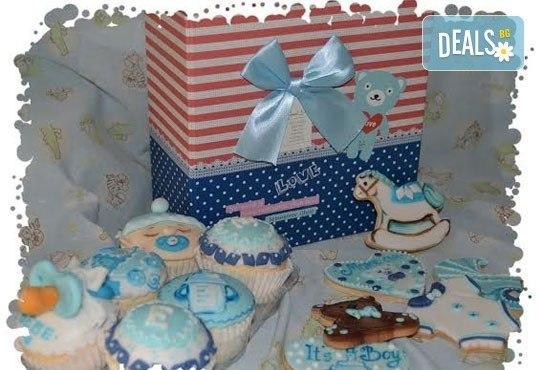 Сет от празнични сладкиши за бебешко парти от сладкарница Пчела - 6 декорирани захарни мъфина и 6 декорирани бисквитки в луксозна подаръчна кутия! - Снимка 5