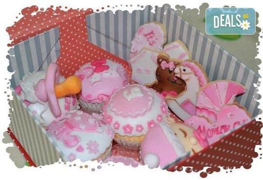 Сет от празнични сладкиши за бебешко парти от сладкарница Пчела - 6 декорирани захарни мъфина и 6 декорирани бисквитки в луксозна подаръчна кутия! - Снимка 6