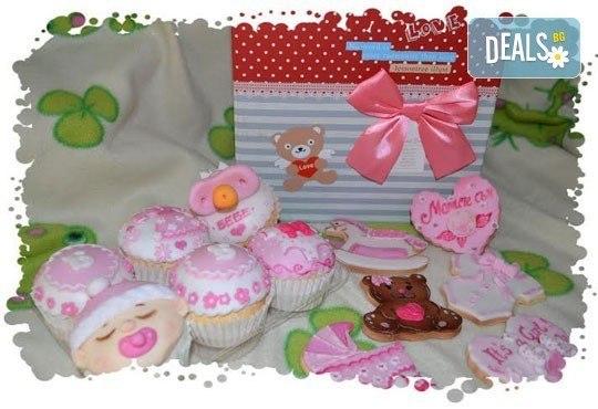Сет от празнични сладкиши за бебешко парти от сладкарница Пчела - 6 декорирани захарни мъфина и 6 декорирани бисквитки в луксозна подаръчна кутия! - Снимка 2