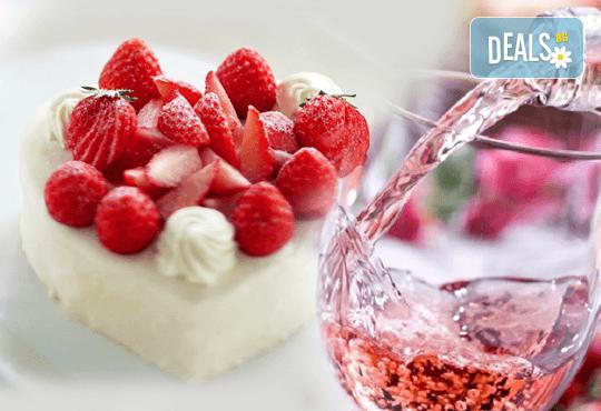 Изкушаващ чийзкейк със сърце от свежи ягоди и бутилка розе от кулинарна работилница Деличи! - Снимка 1