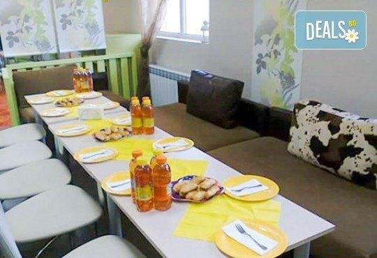 Два часа игри с детско парти за 10 деца! Голяма семейна пица за деца и възрастни, торта и сок в детски клуб Звездички! - Снимка 2