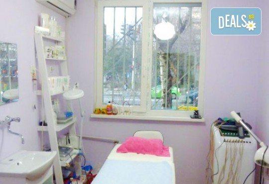 Подстригване с гореща ножица, масажно измиване, терапия с инфрачервена преса, оформяне със сешоар в салон Flowers! - Снимка 6