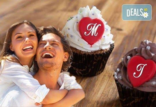 Предложение за влюбени! Подарете любов и наслада с бутиковите мъфини на Muffin House - 2 или 6 броя с крем и сърце! - Снимка 1