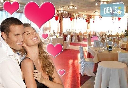 Романтика на Св. Валентин! Празнична вечеря, DJ програма и 1/ 2 нощувки в двойна стая със закуски за двама в Комплекс Дипломатически клуб Глория Палас, Горна Баня - Снимка 1