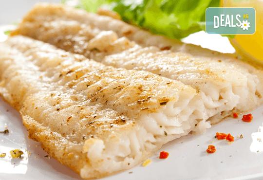 2 порции бяла риба във фолио по оригинална рецепта с вино, моркови и лимон в Италиански ресторант Balito, ул. Позитано - Снимка 2