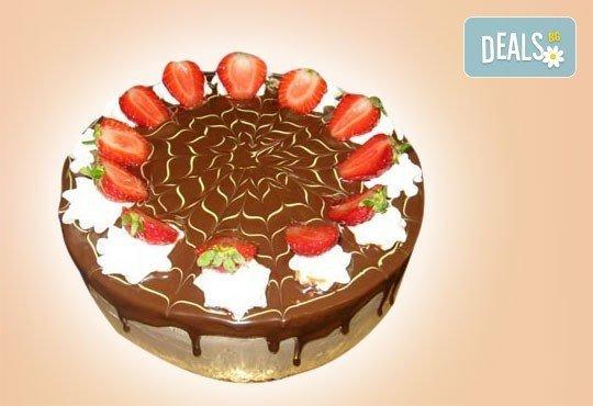 Шоколадова торта Шоко Парадайз с розов или с белгийски тъмен шоколад и ягоди от Сладкарница Орхидея - Снимка 1
