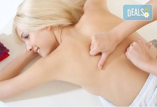 30-минутен болкоуспокояващ, лечебен масаж на гръб, кръст и раменен пояс, бонуси от студио за красота Нимфея! - Снимка 2