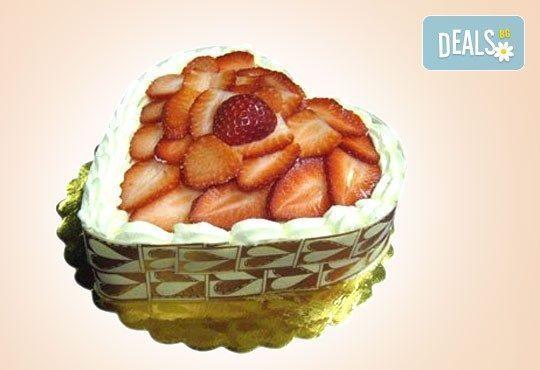Романтично предложение! Торта сърце с ягоди, крем и сметана за всички влюбени от Сладкарница Орхидея! - Снимка 1