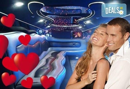 За 14-ти февруари! Романтична разходка с холивудска червена или бяла стреч-лимузина Lincoln Town Car от Vivaldi Limousines и San Diego Limousines - Снимка 1