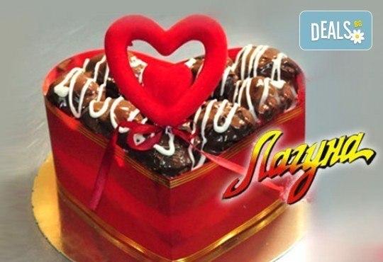 Торта-Сърце по избор - еклерова с баварски крем или шоколадова от Сладкарница Лагуна! Предплатете сега - Снимка 1