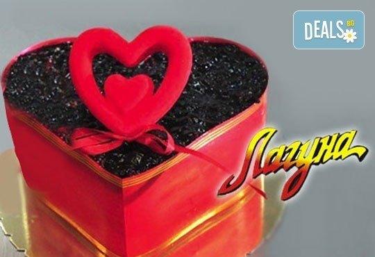 Торта-Сърце по избор - еклерова с баварски крем или шоколадова от Сладкарница Лагуна! Предплатете сега - Снимка 2
