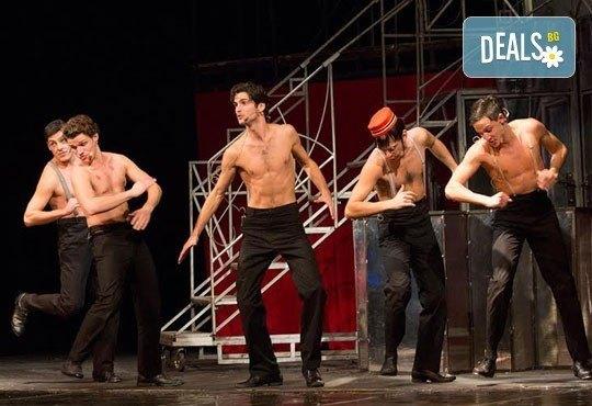 """""""Някои го предпочитат..."""", по хитовия филм """"Some Like It Hot"""", на 23.02. в Младежки театър, от 19.00ч, места -балкон, билет за един - Снимка 4"""