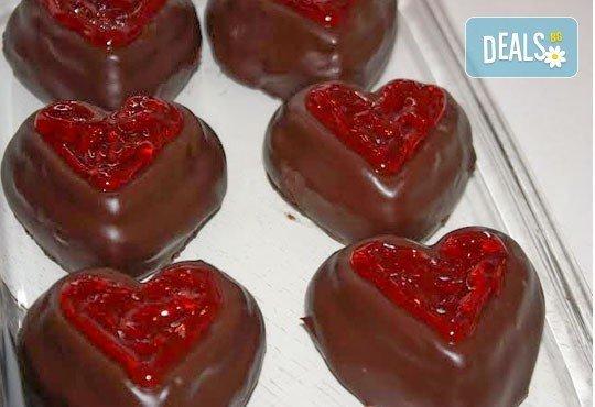 Знак за обич! 2 или 4 сърца от белгийски шоколад с желе от малини и опаковани в красива кутийка от сладкарница Сладост! - Снимка 2