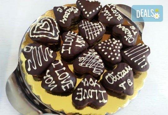 Нежен жест! 9 ръчно изработени сърца, покрити с белгийски шоколад и опаковани в красива кутийка от сладкарница Сладост! - Снимка 1