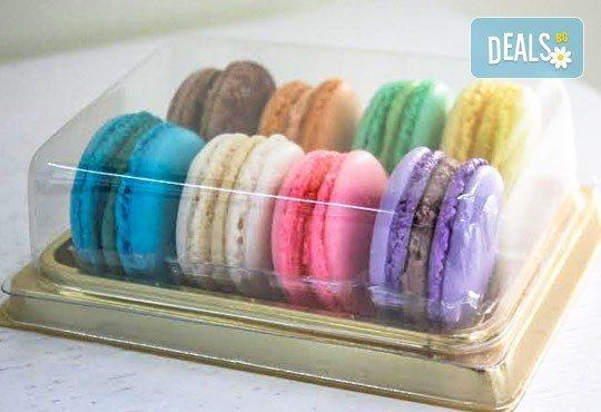 Изненадайте любим човек с осем изкусителни френски макарона, поставени в луксозна кутия, от сладкарница Сладост! - Снимка 1